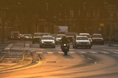 怠工非常在交通堵塞的汽车在早晨rushhour期间 图库摄影