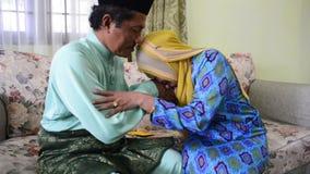 怡保,马来西亚,大约2015年7月-要求一个回教的丈夫和的妻子饶恕Eid Ul Fitr的早晨 影视素材
