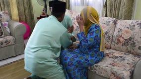 怡保,马来西亚,大约2015年7月-要求一个回教的家庭饶恕Eid Ul Fitr的早晨 股票视频
