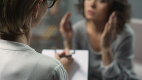 急切女性患者谈话与关于她的家庭问题的心理学家 股票视频