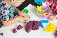 急切孩子的艺术疗法,治疗重音释放,五颜六色的面团与变化模子形状的戏剧,为提高想象力 免版税库存照片