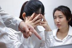 急切沮丧的年轻亚裔女商人责备与上司在工作场所 免版税图库摄影