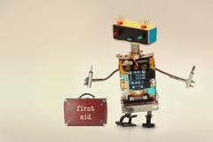 急救工具和杂物工为工作者服务与螺丝刀 乐趣玩具机器人,五颜六色的顶头红色蓝色电灯泡注视 免版税库存图片