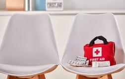 急救工具在医院的候诊室 免版税库存照片