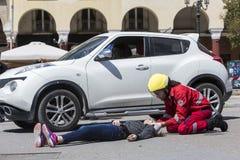 急救,在车祸的受害者解放 库存图片