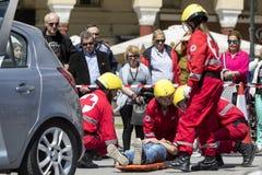 急救,在车祸的受害者解放 免版税库存图片