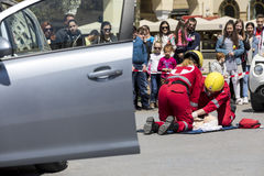 急救,在车祸的受害者解放 库存照片