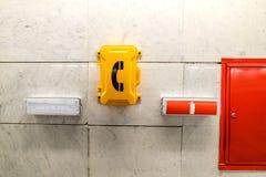 紧急标志和紧急电话在火车站 库存照片