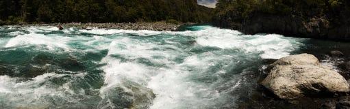 急流全景在Petrohue河的在维森特佩雷斯罗莎莉国家公园,智利 免版税库存照片
