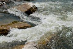 急流和岩石在河 免版税图库摄影