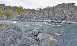 急流和岩石在秋天 库存照片