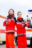 紧急医生和医务人员有救护车的 免版税图库摄影