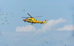 紧急医疗直升机生活飞行 免版税库存图片