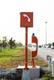 紧急SOS电话标志和电话箱子在高速公路 免版税库存照片