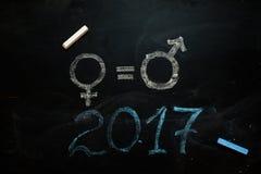 性别标志或标志在黑板和女性的画的男性 免版税库存照片