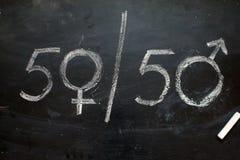 性别标志或标志在黑板和女性的画的男性 皇族释放例证