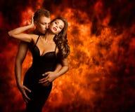 性夫妇,激情人亲吻肉欲的妇女爱火焰 免版税图库摄影
