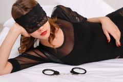 性妇女佩带的眼睛盖子 免版税库存图片