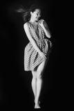 性妇女的黑白色照片有长的头发的和腿在一个夏天在黑背景穿戴 免版税库存图片