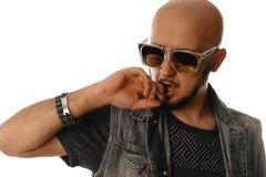性年轻强壮男子的人用在他的嘴的手在s的太阳镜 免版税库存图片