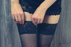 性性感的性女用贴身内衣裤淘气女朋友人人诱惑爱概念 接触她的黑色的诱人的内衣的妇女 图库摄影