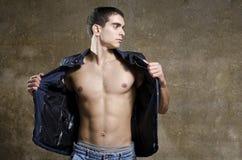 性感人摆在赤裸上身与夹克 库存照片