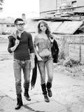 性感和时髦的新夫妇佩带的牛仔裤 免版税库存图片