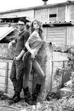 性感和时髦的新夫妇佩带的牛仔裤 免版税图库摄影
