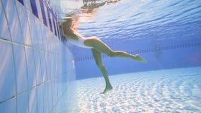 性感女孩水中的看法在水池的 影视素材