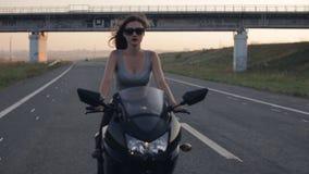 性感女孩的摩托车 股票视频