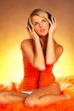 性感女孩的耳机 免版税库存图片