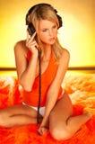 性感女孩的耳机 免版税图库摄影