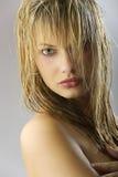 性感女孩的头发弄湿了 库存图片