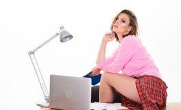 性感女孩短裙有吸引力的臀部坐桌运转的膝上型计算机 r 性感的夫人工作者 ?? 免版税库存图片