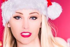 性感女性圣诞老人微笑 免版税库存照片