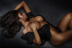 性感妇女摆在赤裸 免版税图库摄影
