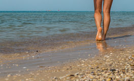 性感海滩的行程 走的女性脚 免版税图库摄影