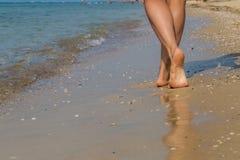 性感海滩的行程 走的女性脚 免版税库存图片