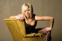 性感白肤金发的时兴的女孩 免版税库存照片