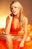 性感白肤金发的电池女孩的电话 库存照片