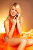 性感白肤金发的电池女孩的电话 免版税库存照片