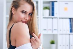性感的不穿衣服的秘书在办公室背景中召唤与一个手指 办公室挑衅 免版税图库摄影