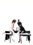 性感的两名妇女在有膝上型计算机的办公室 库存图片