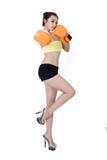 性感的亚裔少妇减肥佩带在wh的适合橙色露指手套拳击 免版税库存图片