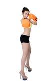 性感的亚裔少妇减肥佩带在wh的适合橙色露指手套拳击 库存照片