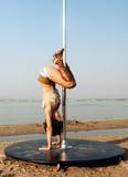 性感的亭亭玉立的妇女锻炼杆舞蹈。 库存照片