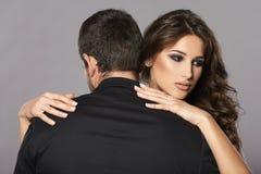 性感的亲密的夫妇拥抱 免版税图库摄影
