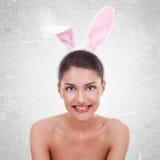 性感的兔宝宝服装的逗人喜爱的女孩 免版税库存照片