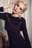性感的典雅的黑礼服的魅力白肤金发的妇女 免版税库存照片