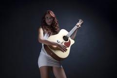 性感的吉他弹奏者妇女 库存图片